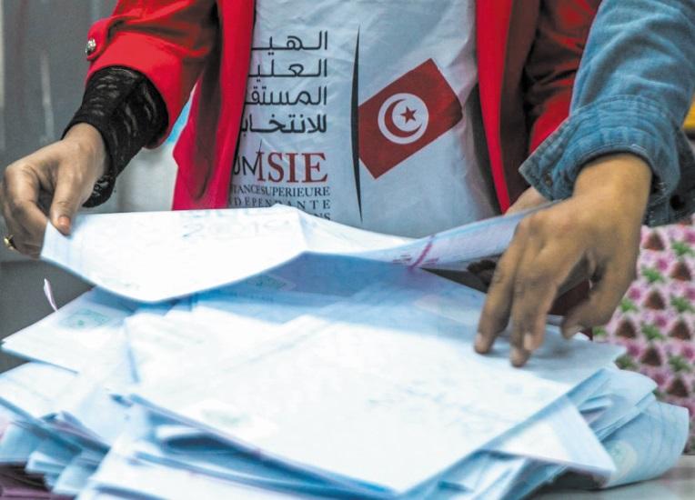 Deux partis rivaux assurent être en tête aux législatives en Tunisie