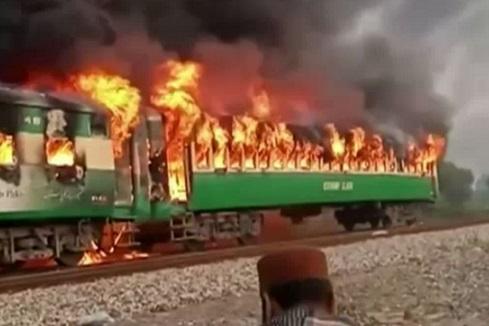 Au moins 71 morts dans un incendie à bord d'un train de passagers au Pakistan