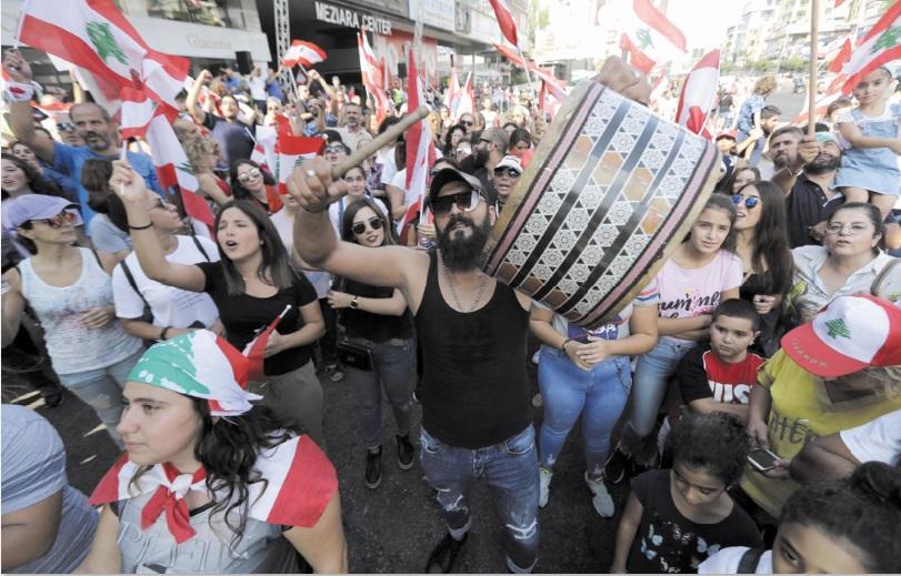 Manifestants en colère et routes bloquées au liban après un discours du président