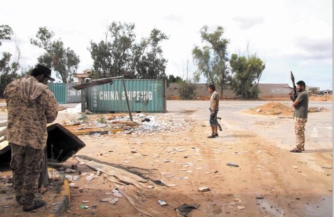 """Les deux camps libyens rivaux annoncent """"suspendre"""" leur participation aux pourparlers de Genève"""