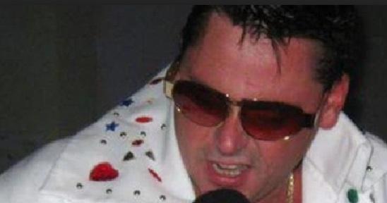 Un sosie d'Elvis donne un concert depuis sa fenêtre