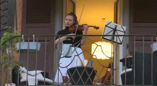 Sur son balcon suisse, la violoniste Alexandra Conunova sauve les âmes