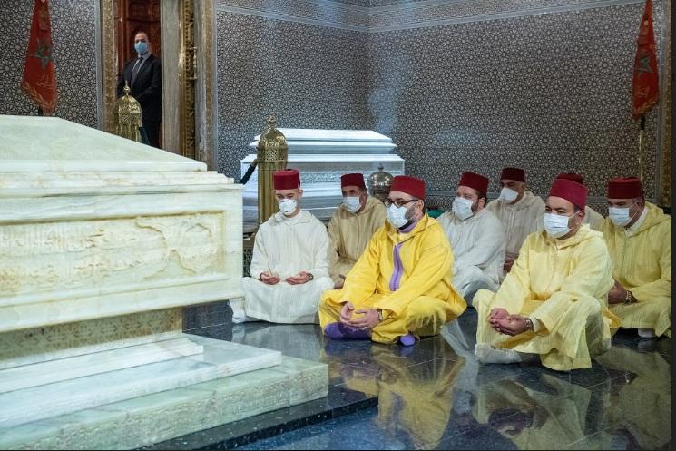 S.M Mohammed VI se recueille sur la tombe du Libérateur de la nation