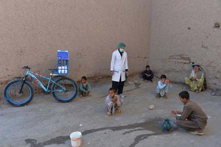 Du porte-à-porte en vélo contre le virus en Afghanistan