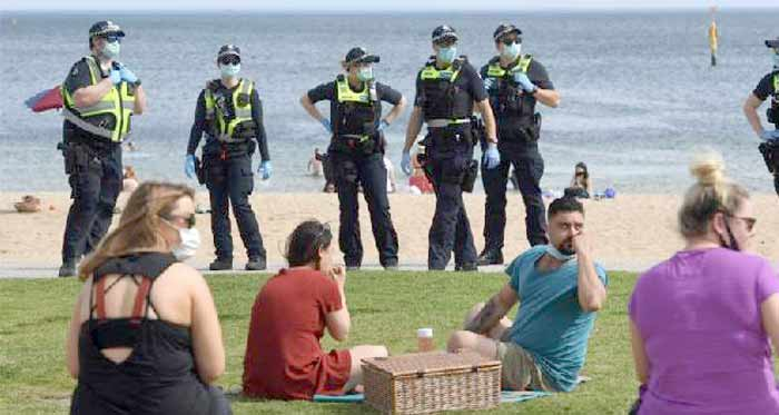Melbourne lève son couvre-feu, à l'approche du million de morts dans le monde
