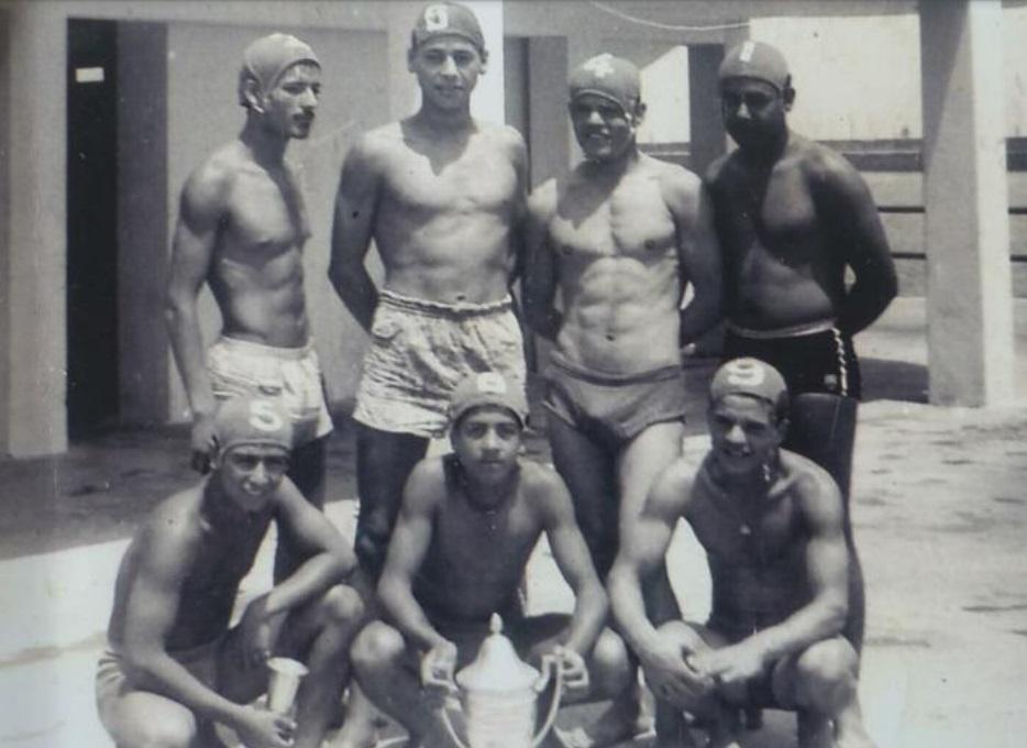 Equipe de waterpolo d'El Jadida en 1961. Debout : Sellam, Abdelhay Ouafi, Abderrahim Belkhayat, et Ahmed Lamssaouber. Assis : Bouchaib Ould El-Attar, Mohammed Rhribil tient la coupe et Kacem Belkhayat.