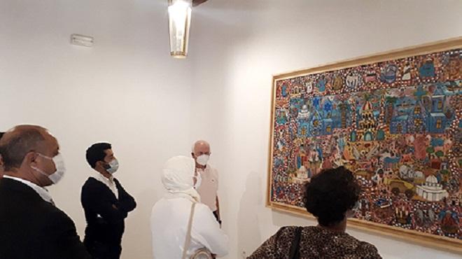"""Les artistes MohamedTabal et Mohamed Mountassir font don de deux chefs d' œuvre à """"Bayt Dakira """""""