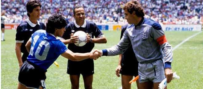 """Maradona : Un """"génie"""" pour l'arbitre tunisien qui n 'a pas vu sa """" main de Dieu """""""