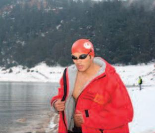 Hassan Baraka réalise une nage de 1.600 mètres en eau glacée