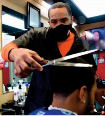 Un barbier afro-américain coupe court aux préjugés sur la Covid-19