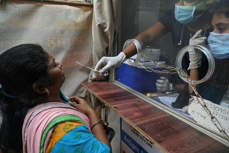 Un an après son méga confinement, l'Inde confrontée au retard des vaccinations et au regain des contaminations