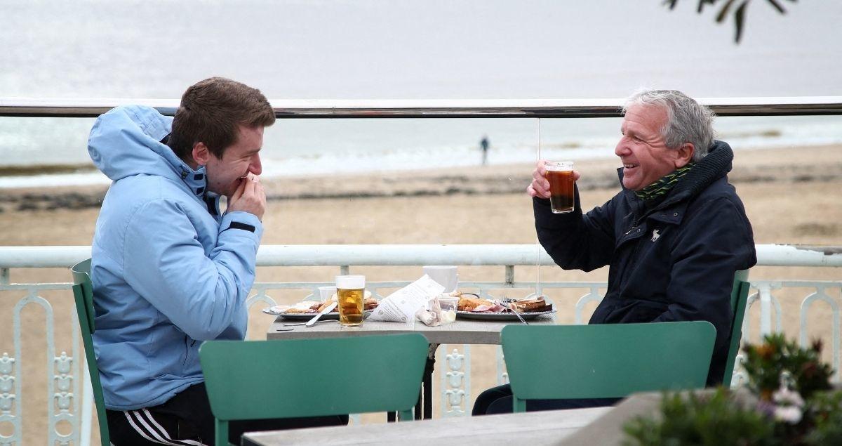 Les Anglais réinvestissent les terrasses des cafés