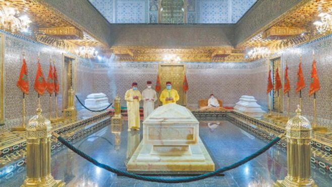 Amir Al Mouminine se recueille sur la tombe de Feu S.M Mohammed V