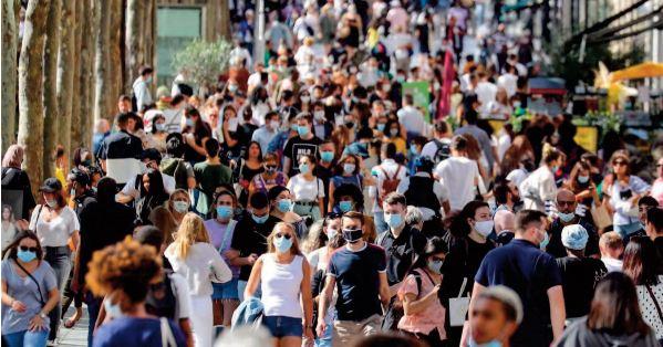 La France se libère du couvre-feu et du masque en extérieur