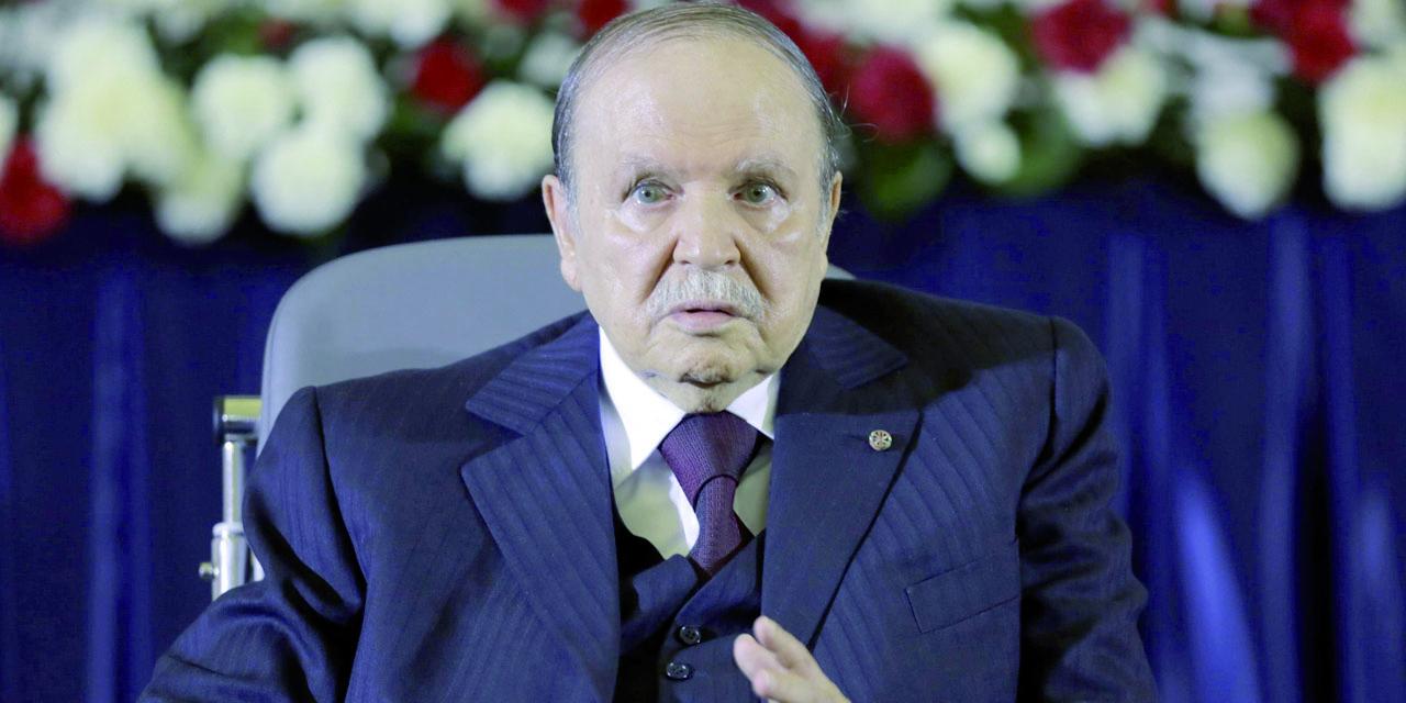 Bouteflika, chef suprême des forces armées  et ministre de la Défense, réajuste ses arrières