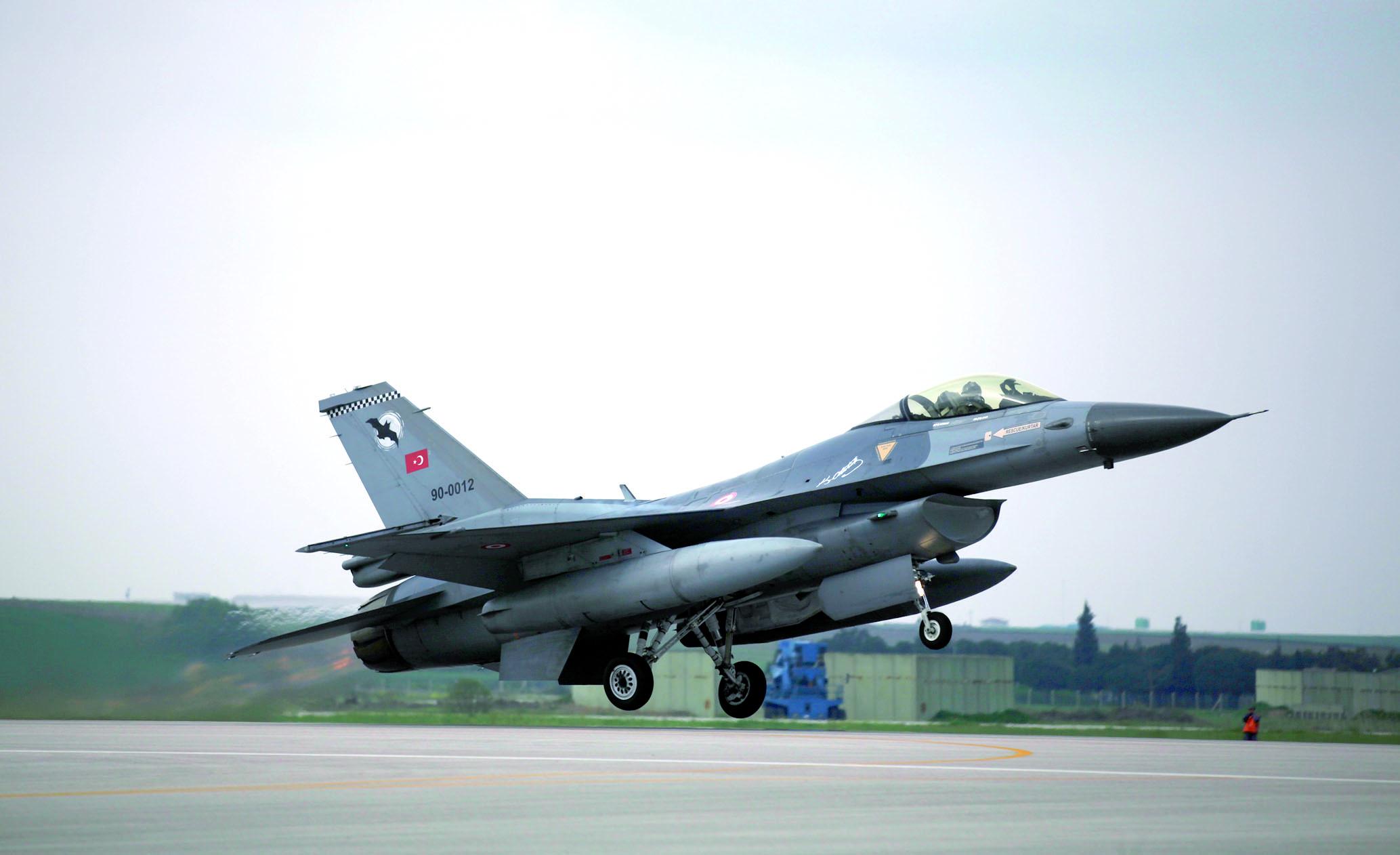 Raids aériens turcs contre l'EI en Syrie et le PKK en Irak
