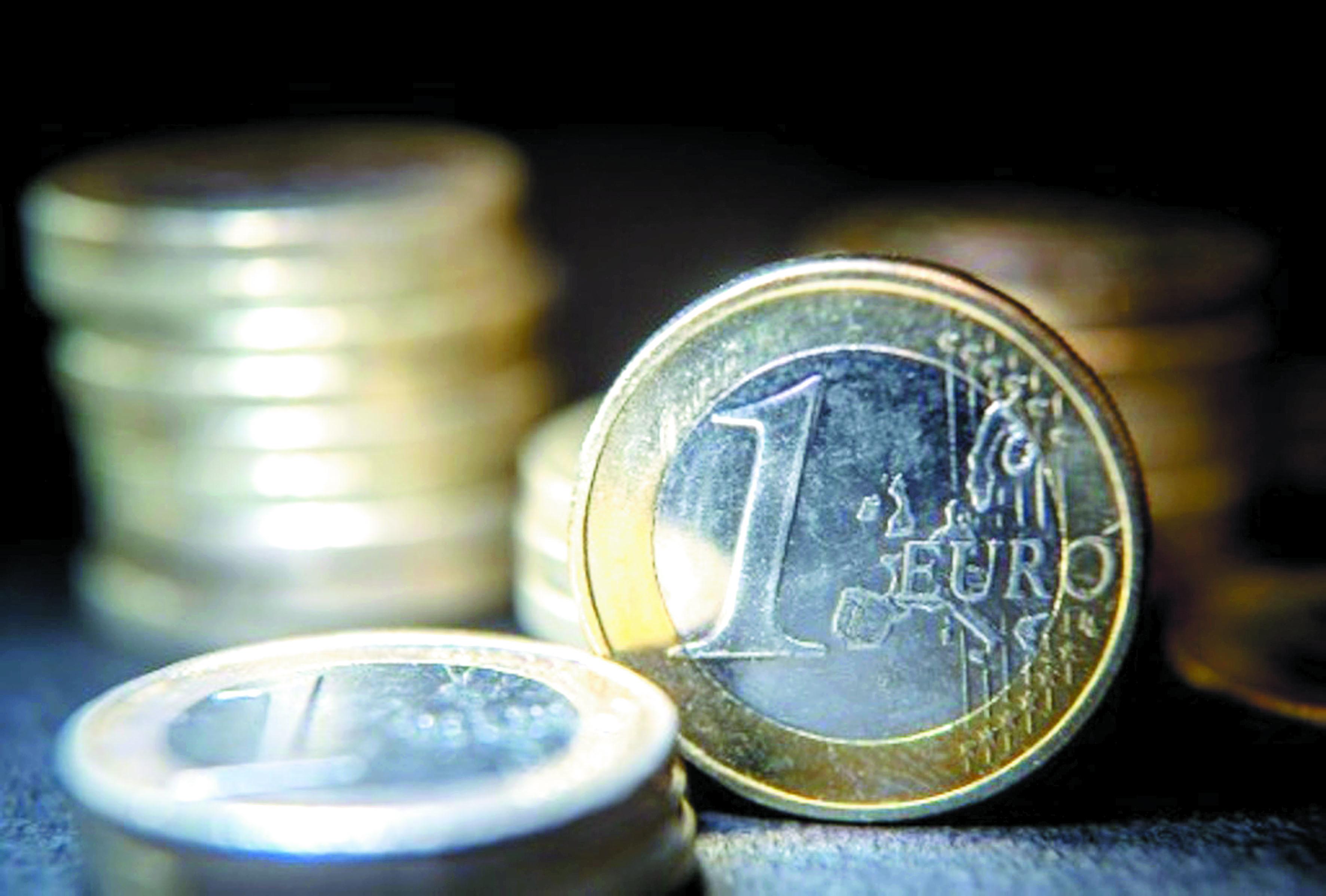 Petit à petit, les Allemands  délaissent pièces et billets chéris