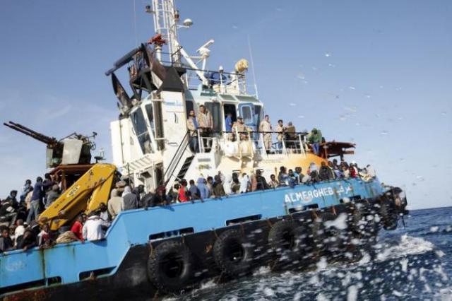 Au large des côtes libyennes, un bateau de migrants chavire à l'arrivée des secours
