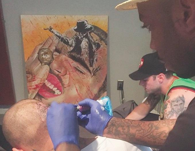 Chris Brown se fait tatouer le crâne