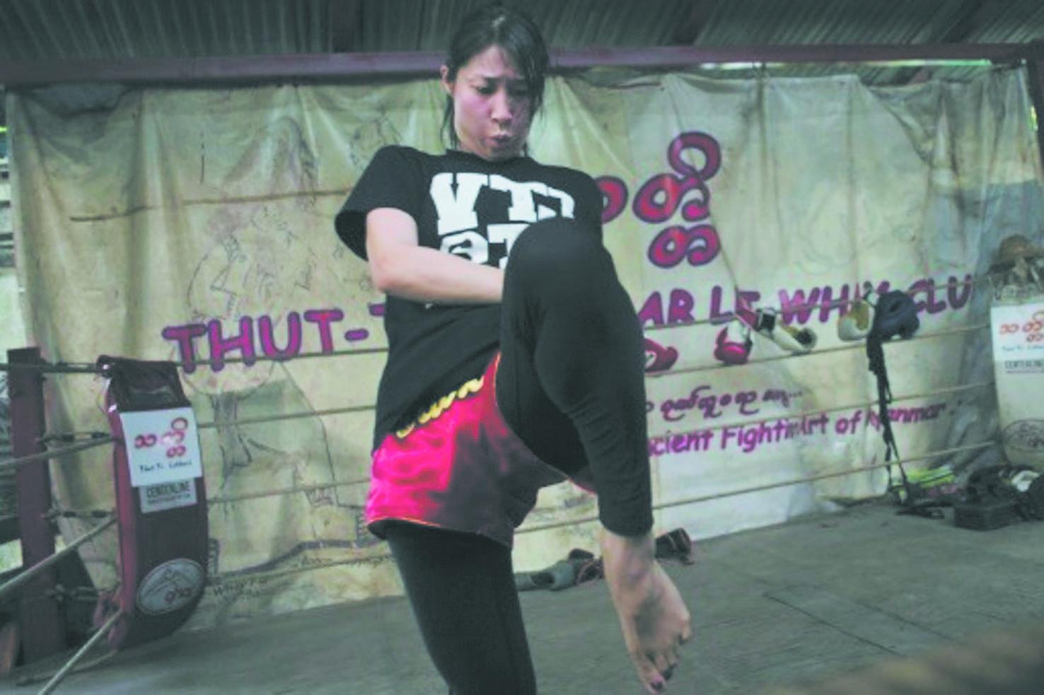 En Birmanie, les femmes  montent à leur tour sur le ring