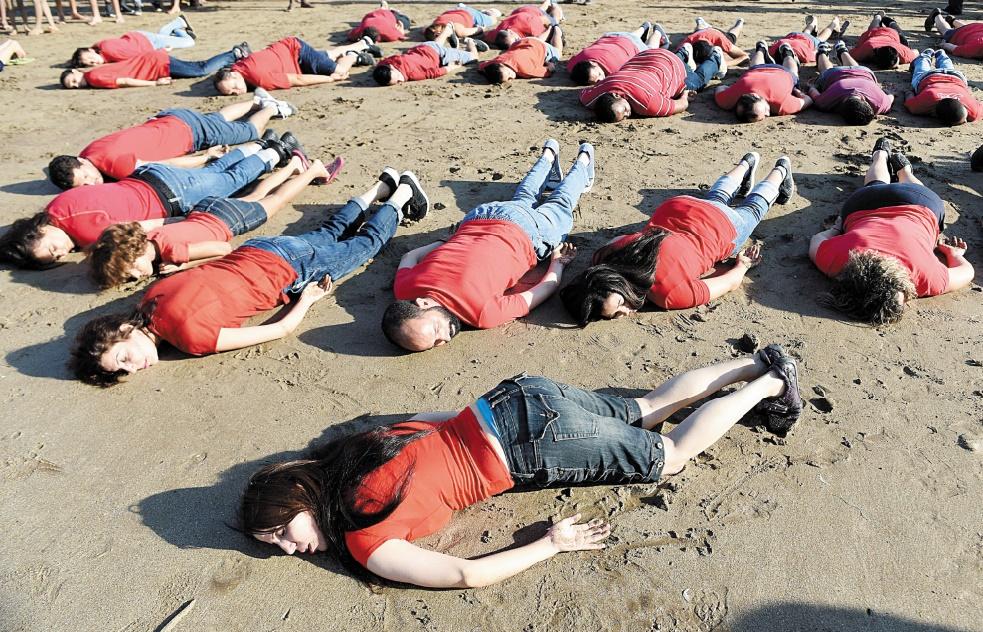 Artistes et activistes culturels gisant sur la plage de Rabat pour Aylan