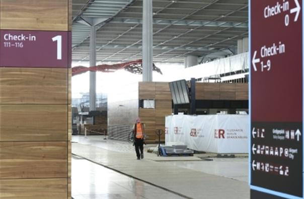 Faute de voyageurs, l'aéroport fantôme de Berlin attire les touristes