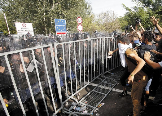Heurts entre la police hongroise et les migrants à la frontière
