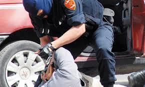 Un policier fait usage de son arme pour arrêter un suspect