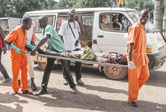 Bangui, sous haute tension, paralysée par des barricades