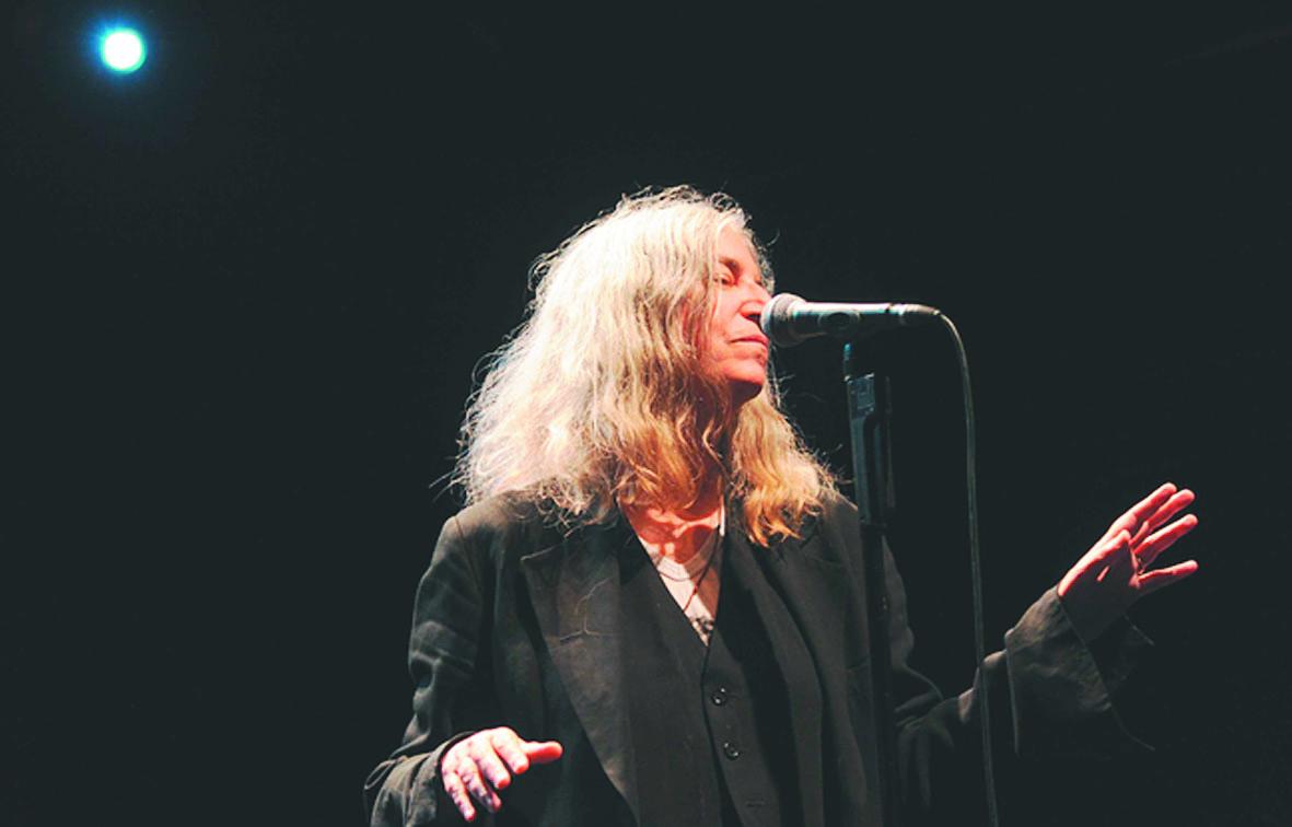 Près de quarante après, Patti Smith pleure en retrouvant ses objets volés