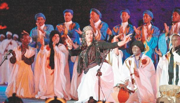 La danse de la guedra, un patrimoine musical populaire qui lutte pour sa survie