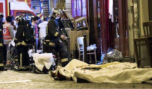 """Bain de sang à Paris: la France visée par un """"acte de guerre"""" revendiqué par l'EI"""