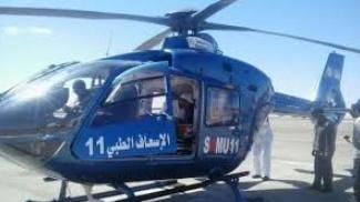 Evacuation par hélicoptère d'une femme enceinte et d'un bébé souffrants