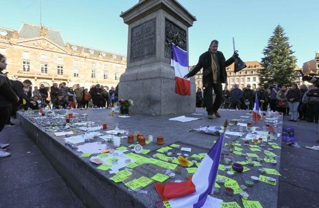 Hommage aux 130 morts et 350 blessés des attentats de Paris