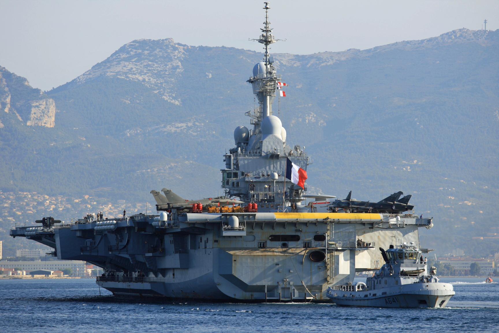 Le porte-avions français Charles de Gaulle fait route vers le Golfe