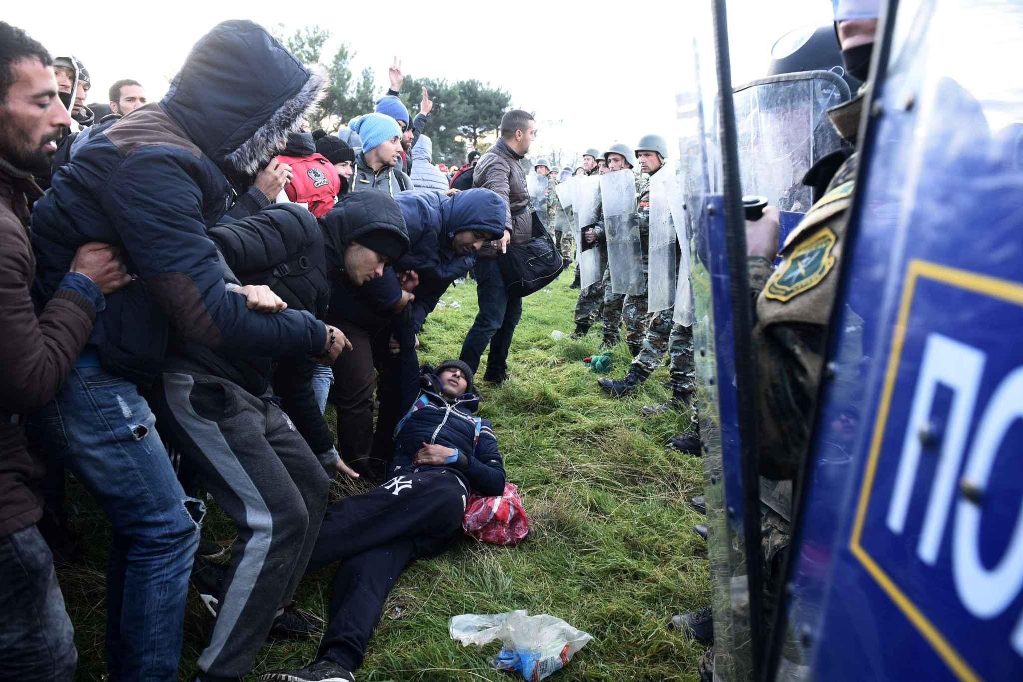 En Grèce, vaste opération policière pour évacuer les migrants de la frontière avec la Macédoine