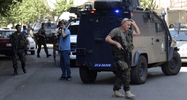 """Deux """"terroristes"""" tuées lors d'une fusillade à Istanbul"""