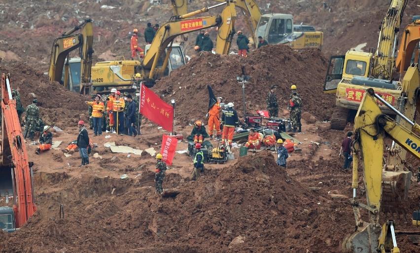 Deux  miraculés retirés vivants du glissement de terrain de Shenzhen
