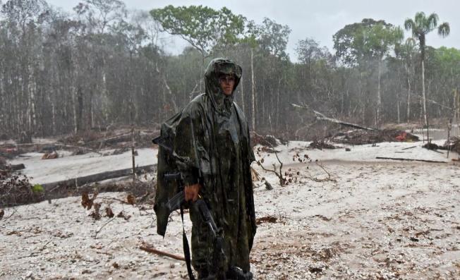La plage d'Amazonie, empreinte d'une mine illégale