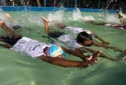 Le Bangladesh organise la plus grande leçon de natation du monde pour sauver des vies