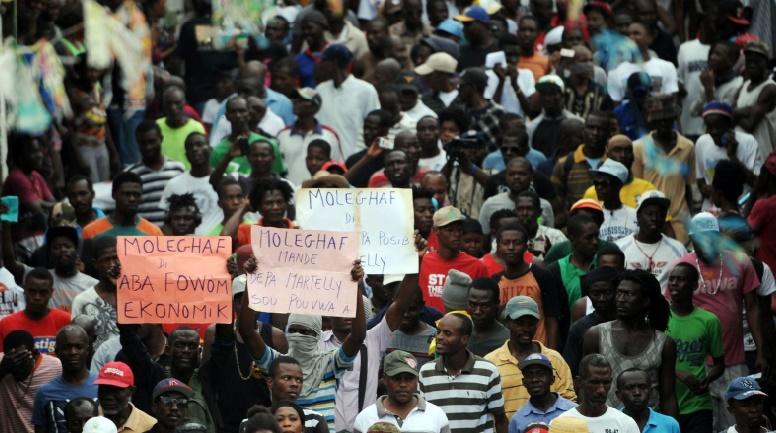 Les deux camps dans la rue après le report des élections en Haïti