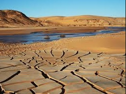 La Terre assoiffée absorbe de l'eau
