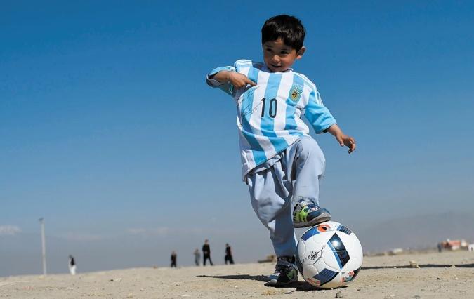 """Le """"petit Messi"""" afghan a reçu deux maillots dédicacés de son idole"""