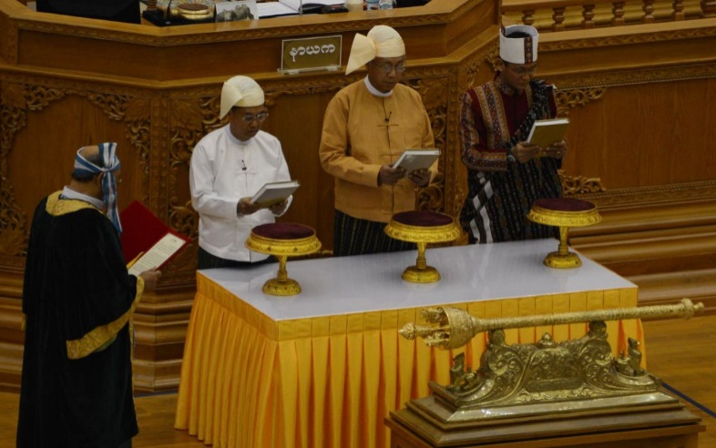 Le premier président civil de la Birmanie depuis 50 ans prête serment
