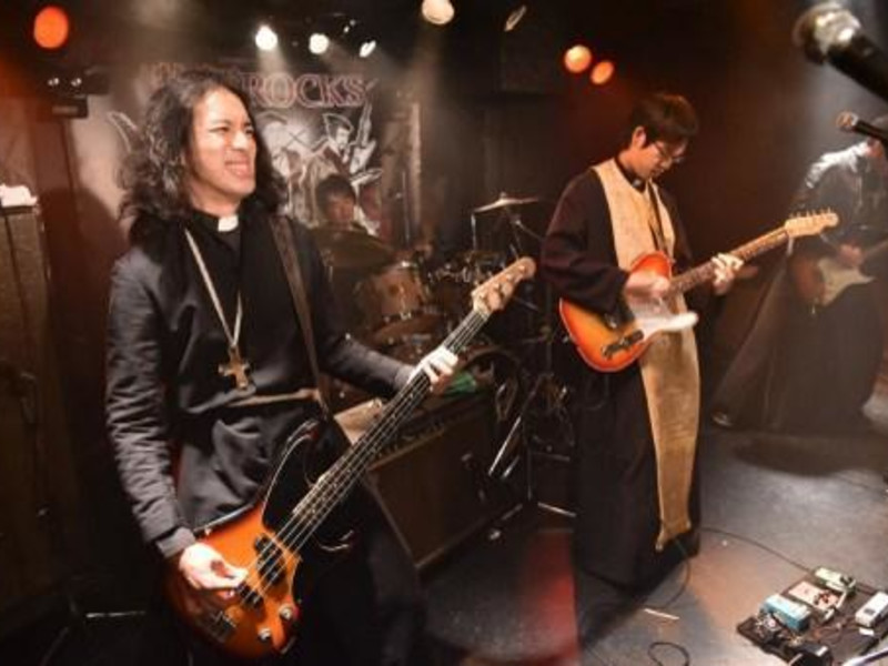 Sur le ring, pasteurs contre moines pour une joute musicale