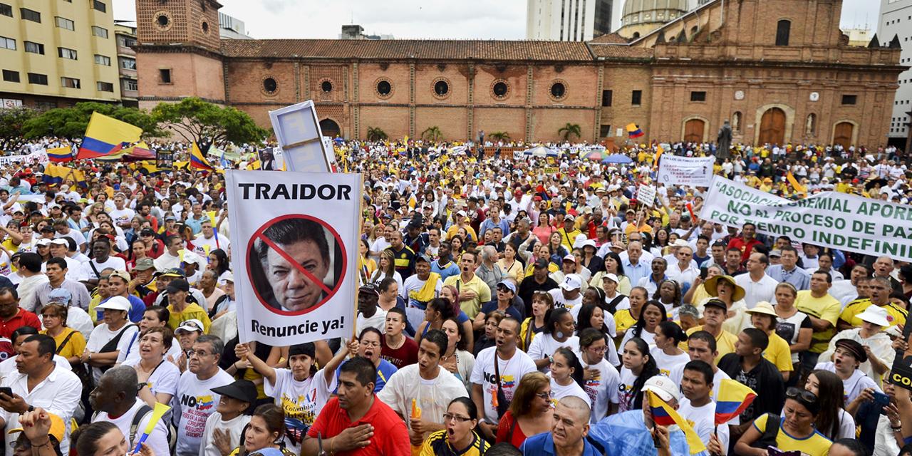 Des milliers de manifestants contre le processus  de paix en Colombie