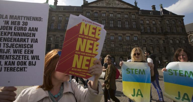 """Le """"non"""" néerlandais à l'UE n'est pas un obstacle estime Porochenko"""