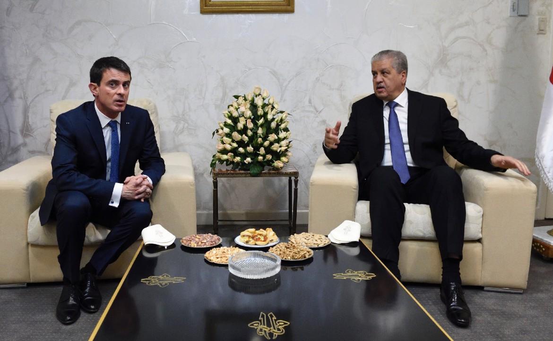 Valls joue l'apaisement à Alger
