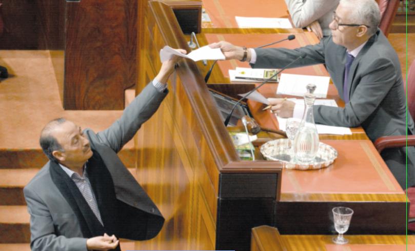 Le député PAMMohamed Achrourou présentant sa démission au président de la Chambre des représentants.