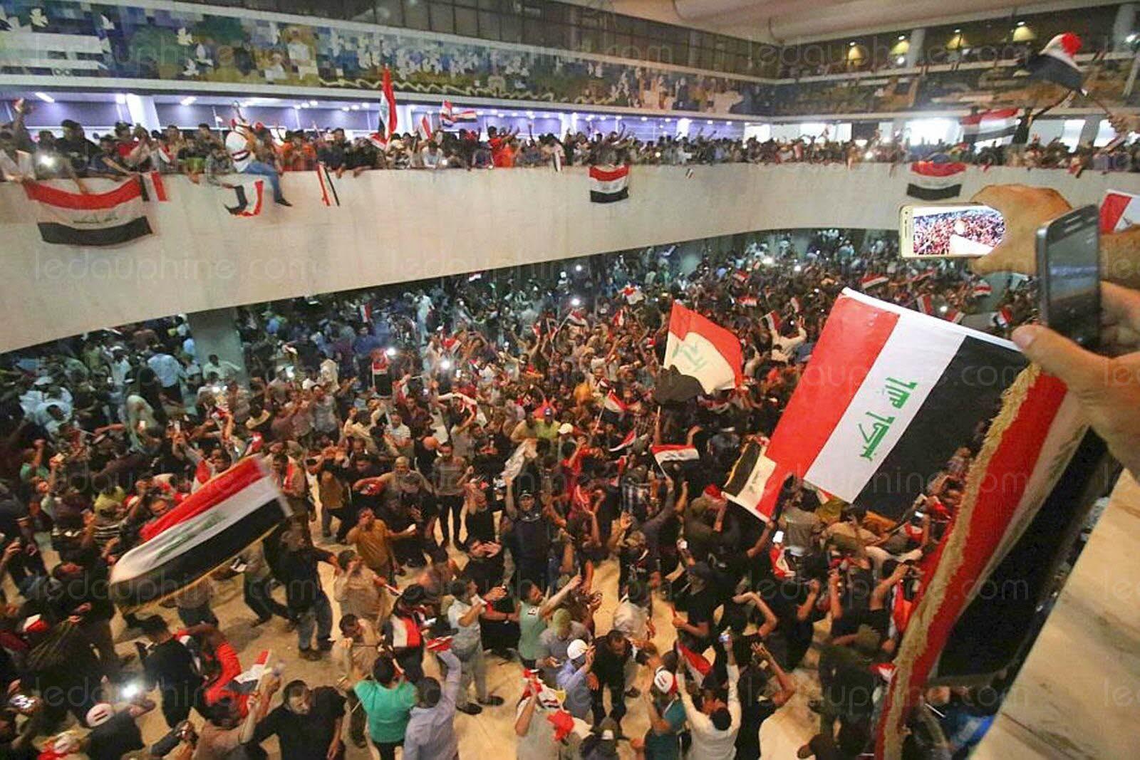 Des manifestants envahissent le  Parlement à Bagdad, la crise s'amplifie